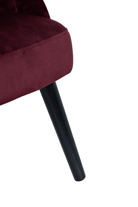 Кресло с волнистой спинкой бордового цвета