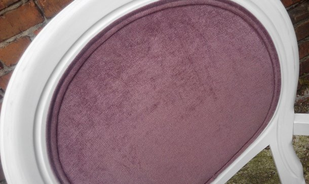 Стул с мягкой обивкой лилового цвета