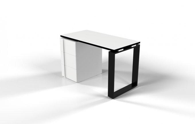 Рабочий стол для персонала белого цвета с черной ножкой