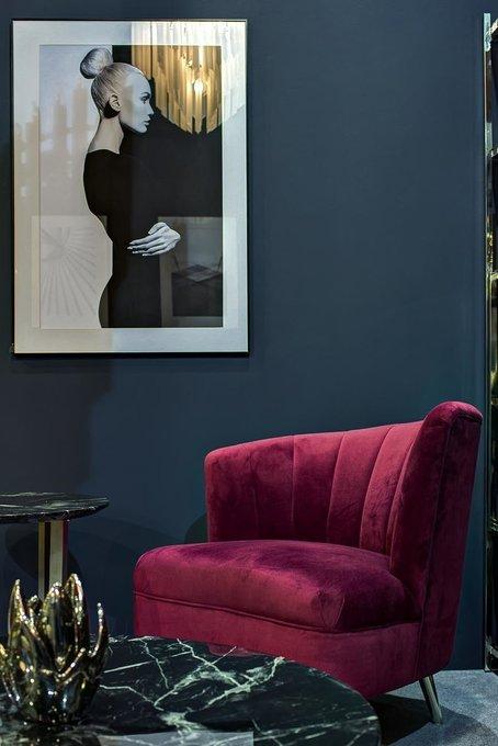 Кресло в обивке из велюра бордового цвета