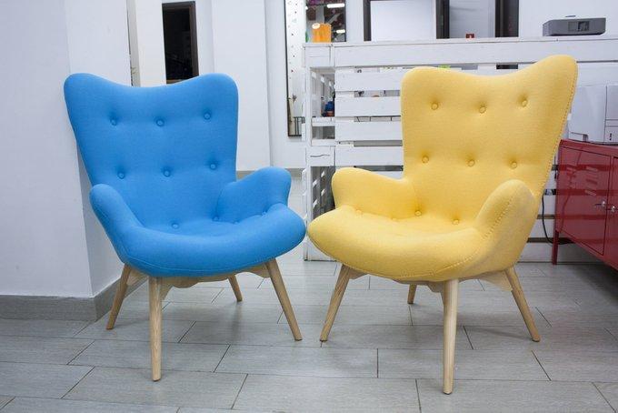Кресло с обивкой из ткани желтого цвета