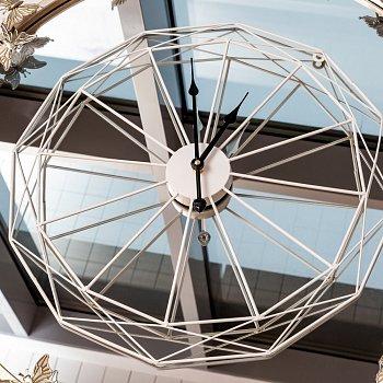 Часы Барфилд белого цвета