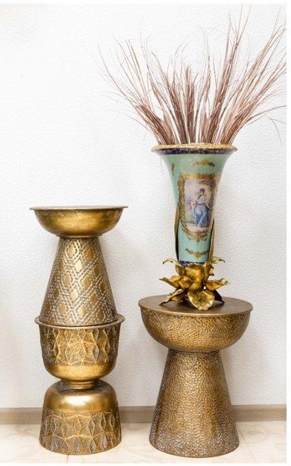Журнальный столик из металла золотого цвета