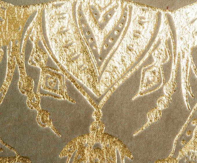Декоративная подушка с золотым рисунком
