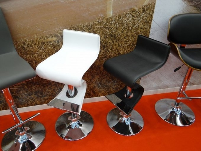 Барный стул с обивкой из экокожи