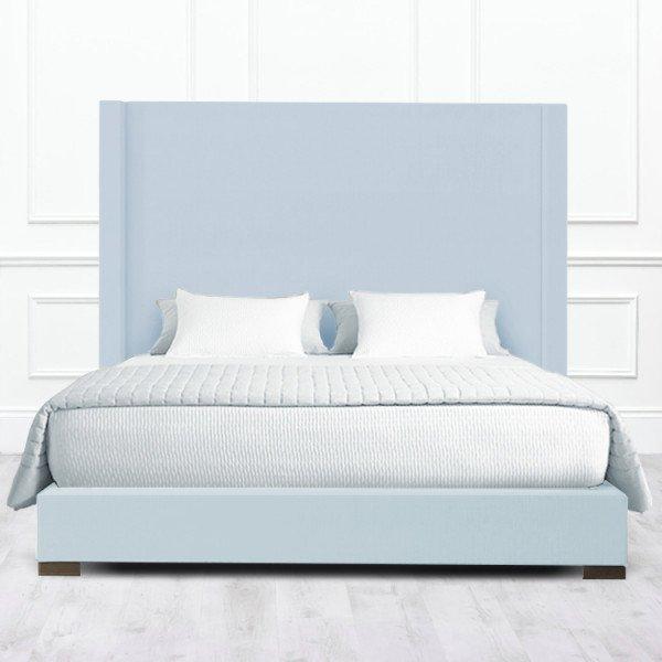 Кровать Carrollton из массива с обивкой бледно-голубого цвета