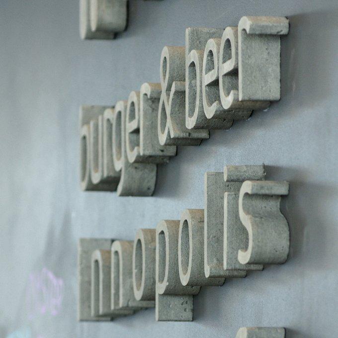 Буква из бетона серого цвета