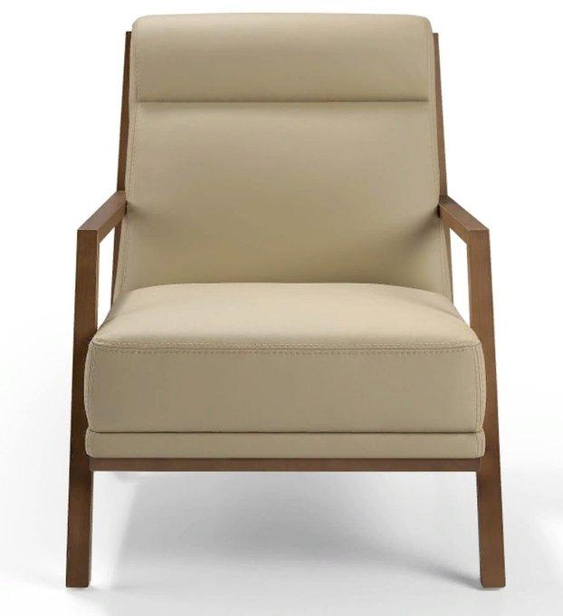 Кресло в обивке из кожи бежевого цвета