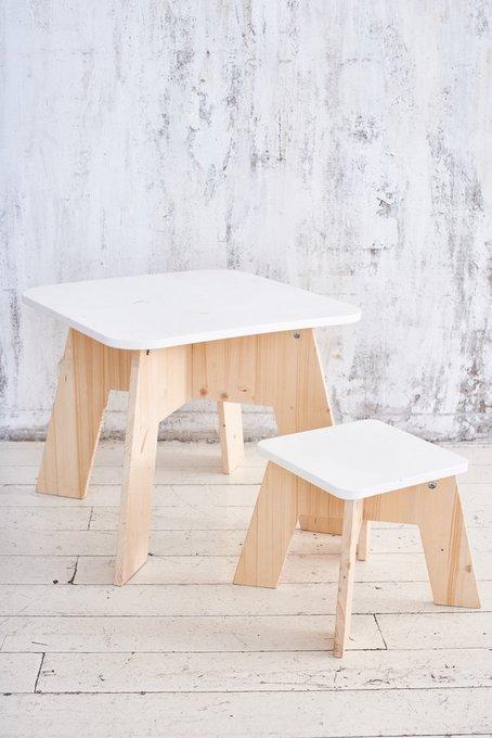 Стол и табурет бело-бежевого цвета