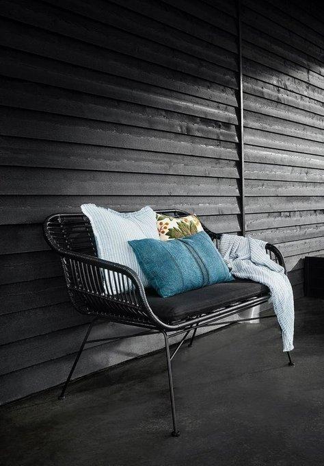 Садовое кресло с подушкой черного цвета