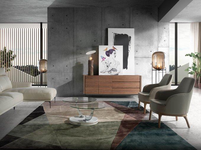 Мягкое кресло бежевого цвета