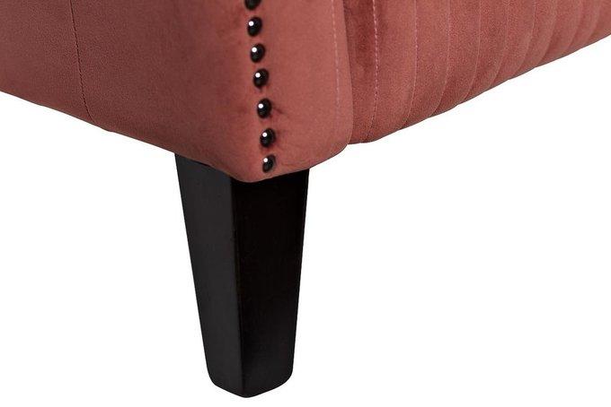 Кресло в обивке из велюра темно-розового цвета