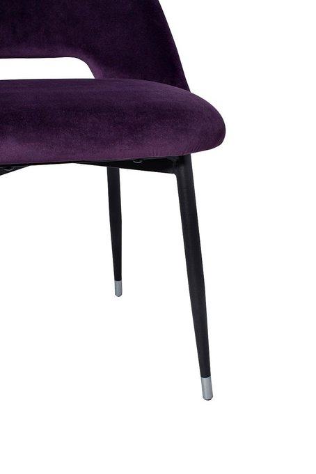 Стул в обивке из велюра фиолетового цвета
