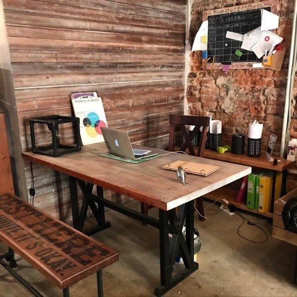 Обеденный стол на металлическом основании