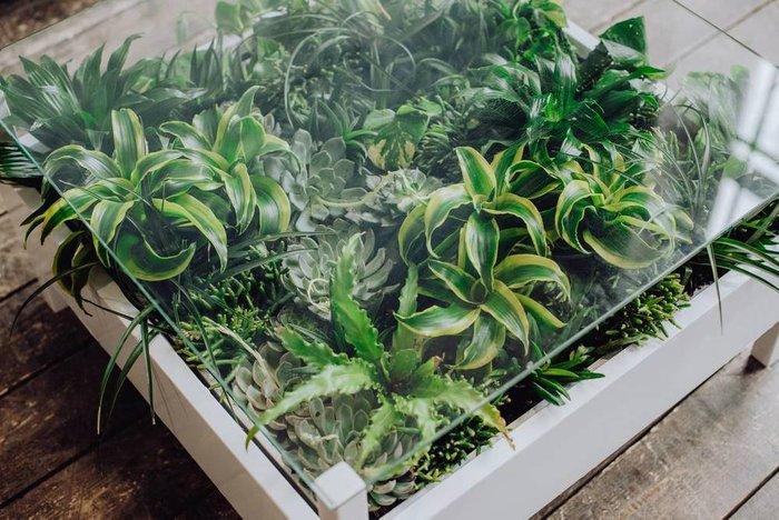 Журнальный столик с искусственными растениями
