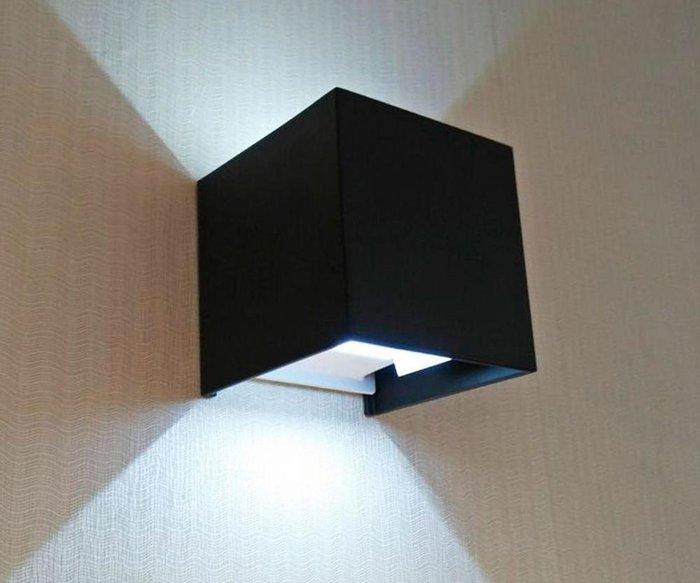 Уличный настенный светодиодный светильник Куб черного цвета