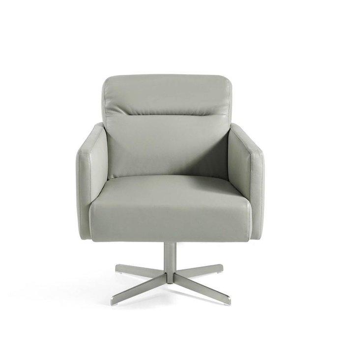 Вращающееся кресло серого цвета