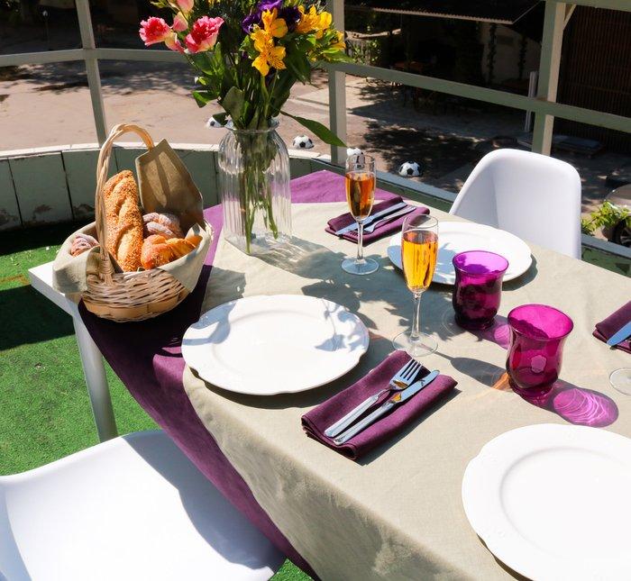 Скатерть   «Летний хит»  фисташковая  с фиолетовой  оборкой