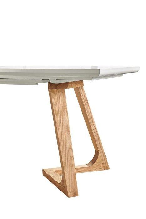 Раскладной обеденный стол белого цвета