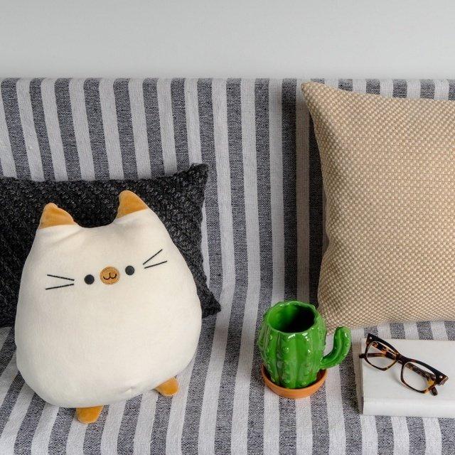 Подушка диванная Sweet Kitty белого цвета