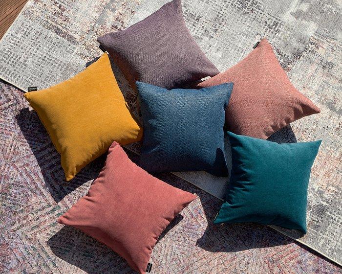 Декоративная подушка Ultra coral кораллового цвета
