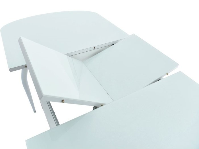 Обеденная группа из стола и четырех стульев белого цвета
