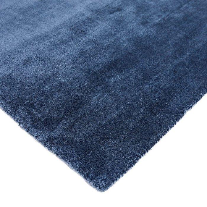Ковер Guitou из вискозы темно-синего цвета 160x230
