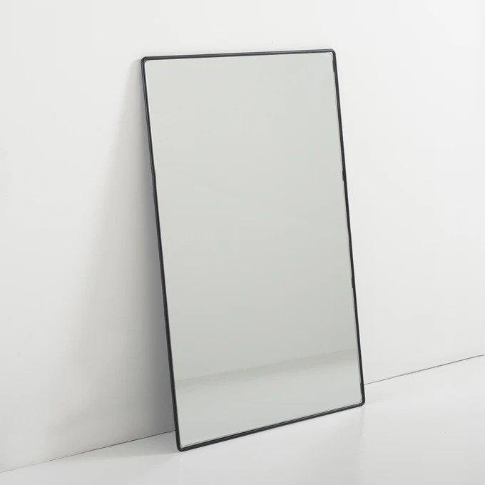 Настенное зеркало Bertilie в раме черного цвета