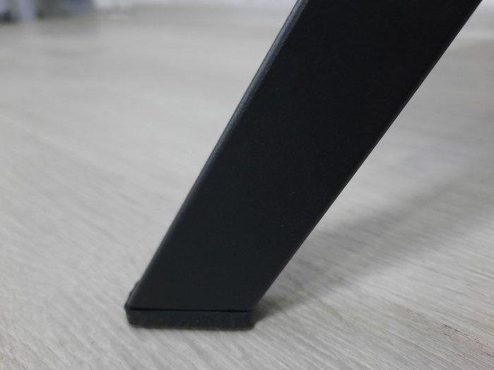 Стул серого цвета на металлических ножках
