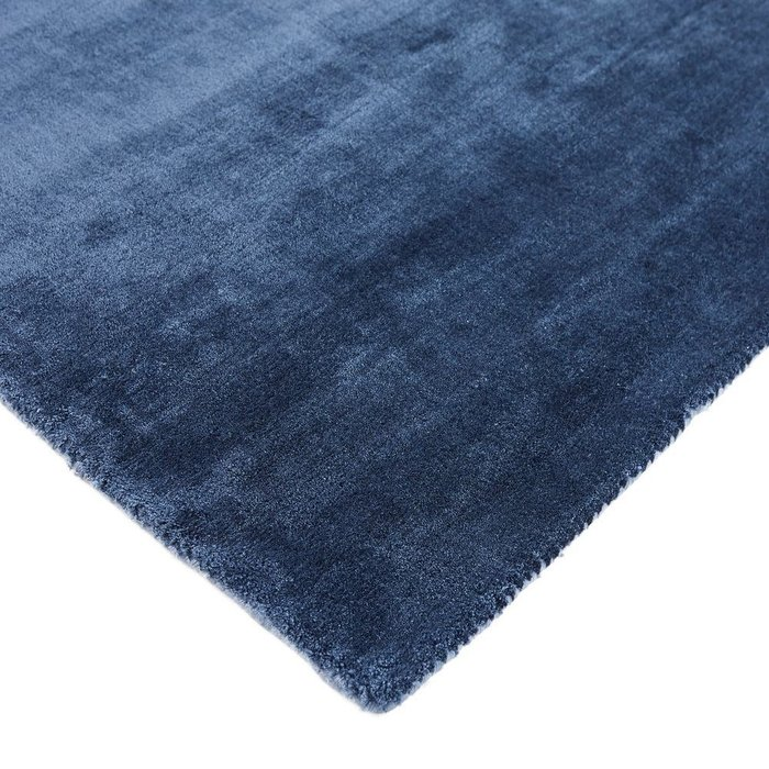 Ковер Guitou из вискозы темно-синего цвета 200x290