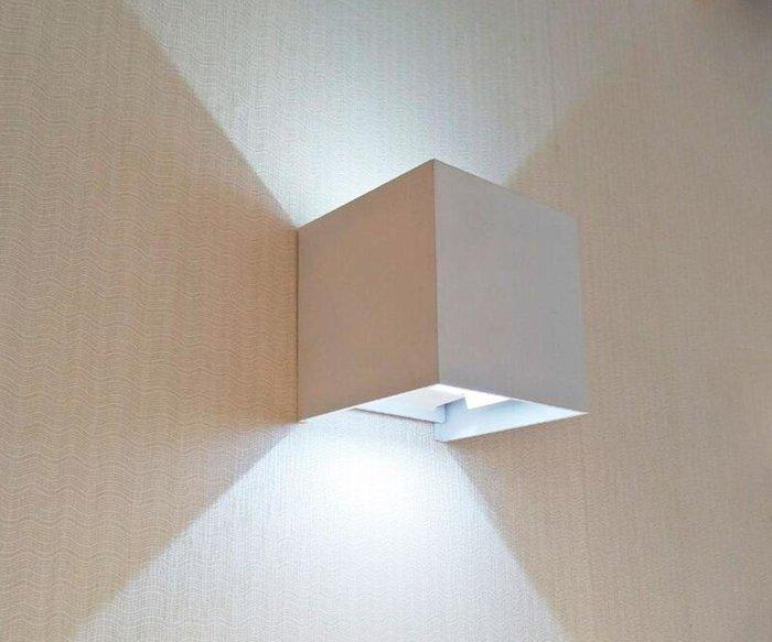 Уличный настенный светодиодный светильник Куб белого цвета