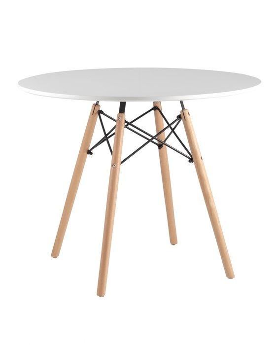 Стол белого цвета на деревянных ножках