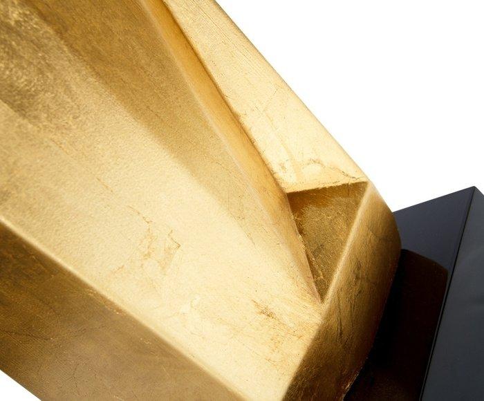 Настольная лампа золотого цвета с черным абажуром