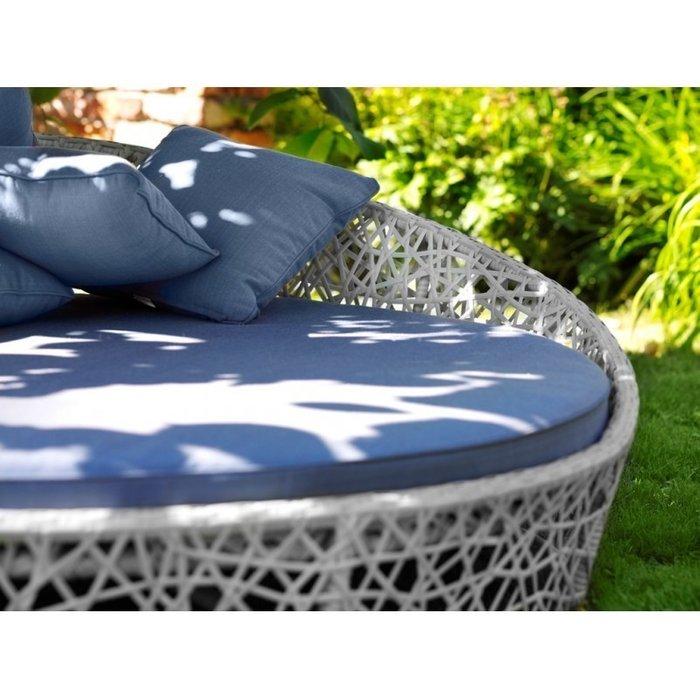 Кровать Лаурель с голубыми подушками