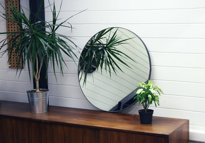 Круглое настенное зеркало диаметр 70 в ремне из натуральной кожи
