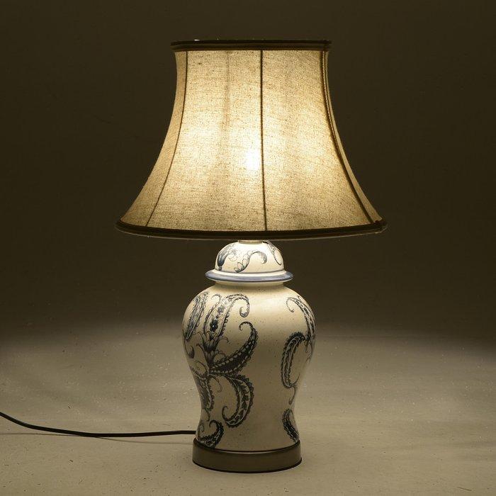 Лампа настольная бежевого цвета