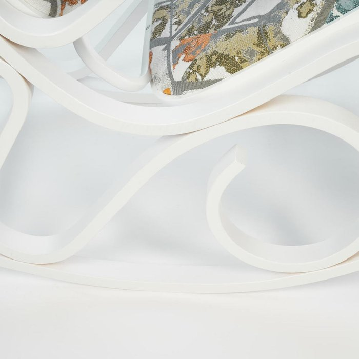 Кресло-качалка белого цвета с орнаментом