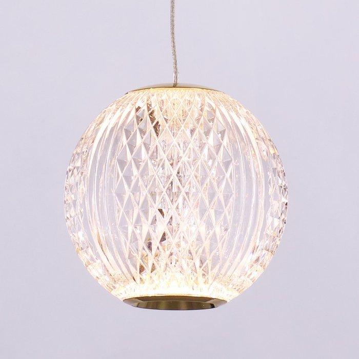 Подвесной светильник на арматуре золотого цвета