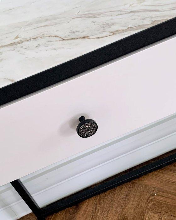 Консоль со светлой мраморной столешницей и двумя ящиками белого цвета