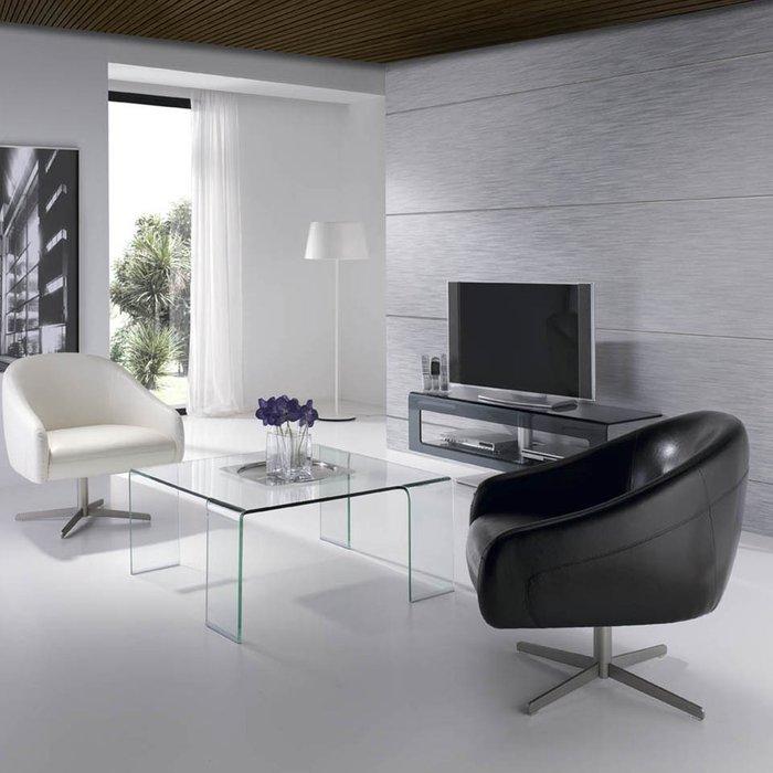 Кресло из кожи белого цвета
