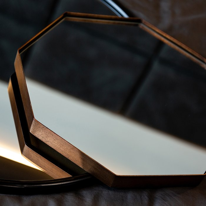 Настенное зеркало Велау в раме золотого цвета
