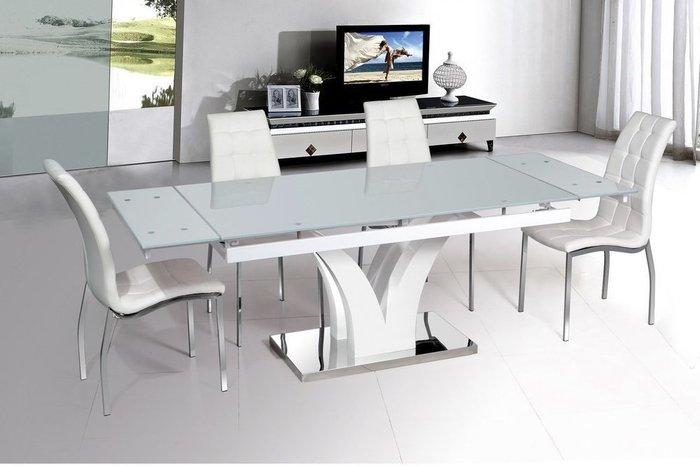 Раздвижной обеденный стол на металлическом каркасе