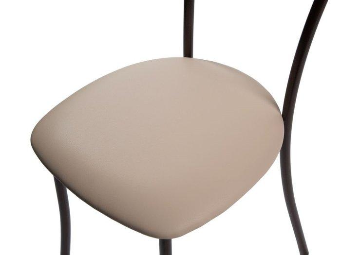Обеденная группа из стола и четырех стульев коричневого цвета