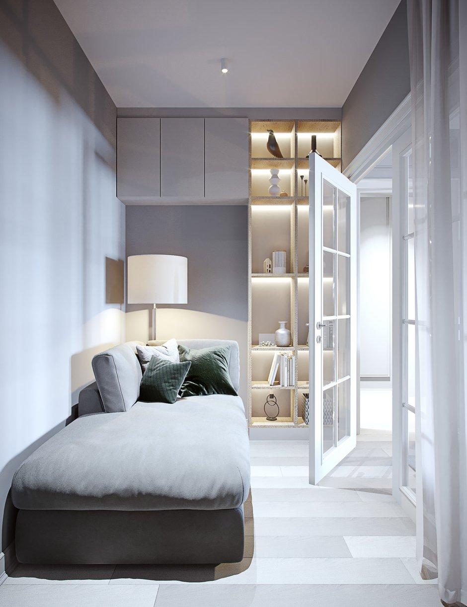Дверную конструкцию в маленькую комнату отдыха сделали прозрачной, чтобы в комнате присутствовало естественное освещение, при необходимости полного уединения можно закрыть шторку.