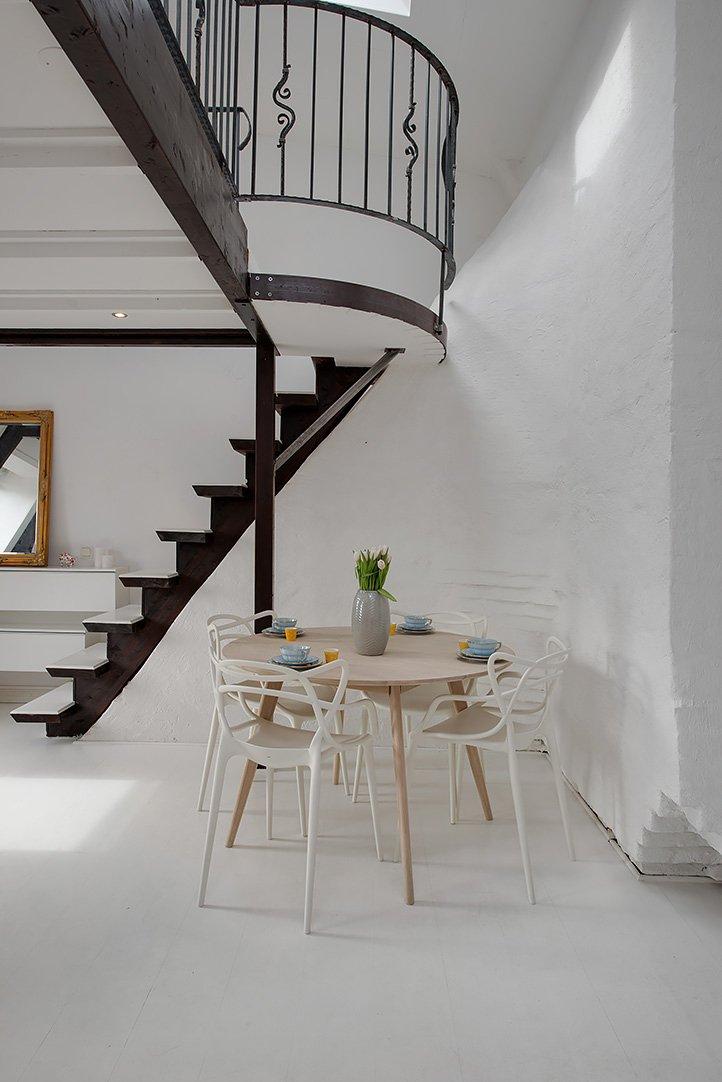 Фотография: Кухня и столовая в стиле Скандинавский, Малогабаритная квартира, Квартира, Цвет в интерьере, Дома и квартиры, Белый, Мансарда – фото на INMYROOM