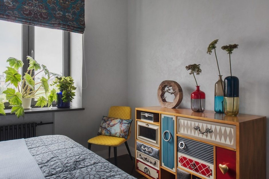 Самая любимая мебель — в спальне. Ее создала испанская фабрика под проект. Размеры, цвета и фантастическую фурнитуру — все это придумывала дизайнер.