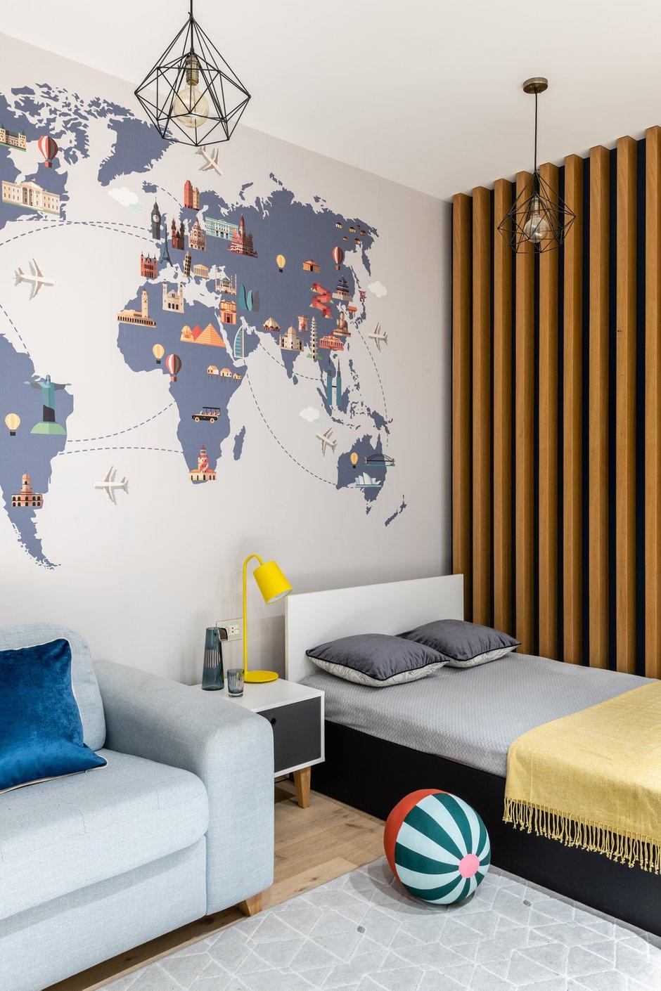 В комнате сына стену украсили картой мира с главными достопримечательностями.