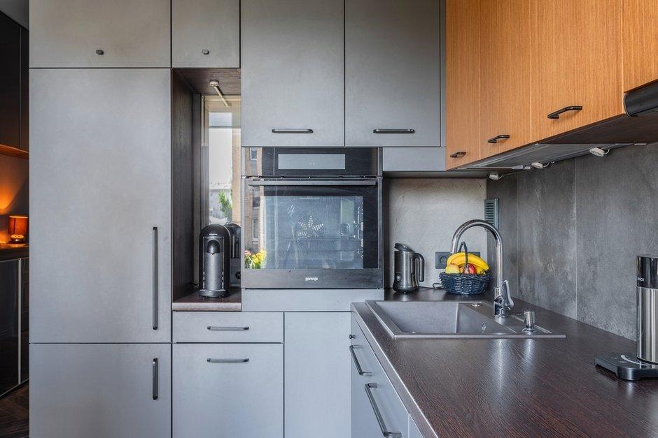 Нишу под кофемашину сделали специально: заказчики хотели, чтобы в ванную проникал дневной свет. Дизайнеры придумали сделать такое окно-нишу в кухонном гарнитуре.