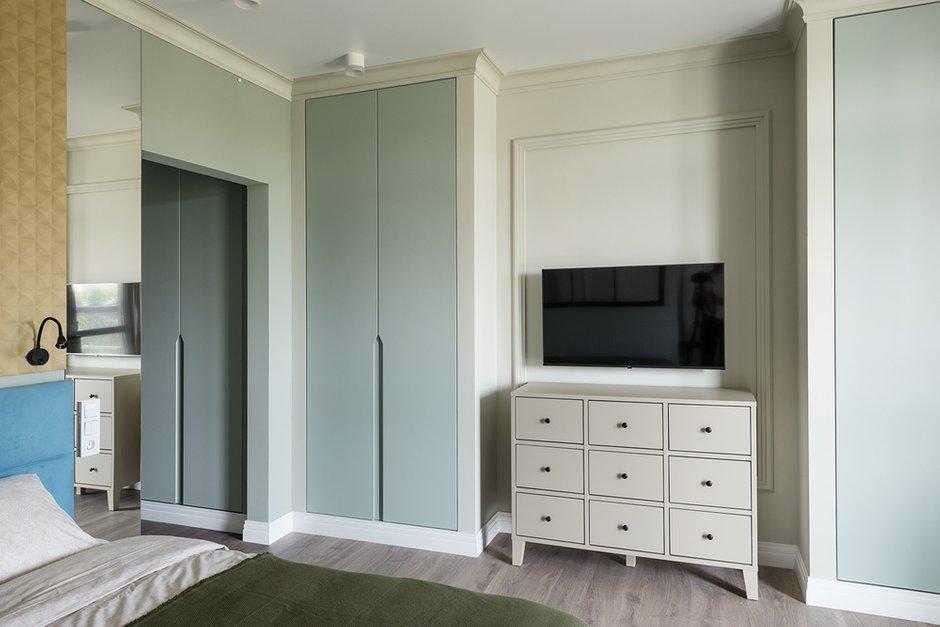 Системы хранения состоят из встроенных шкафов, для которых возвели ниши: в прихожей для верхней одежды и в гостиной под узкие шкафы. Все на заказ.