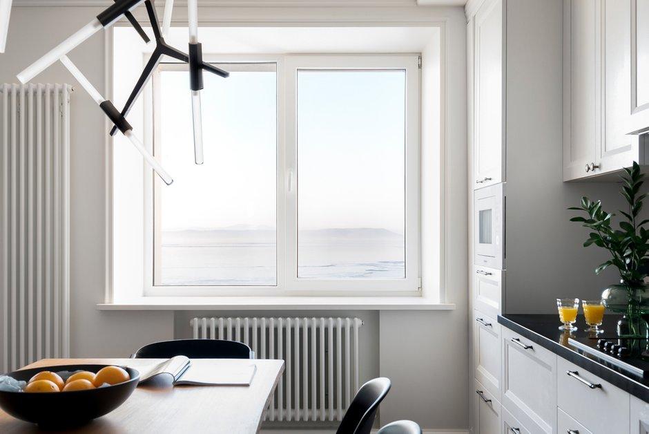 Изначально было принято решение отказаться от штор в гостиной — и теперь два больших окна стали живыми картинами в спокойном и уютном интерьере квартиры.